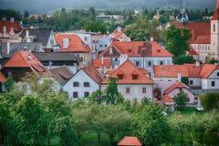屋顶欧洲城市在一个明亮的晴天 红色瓦片和美好的结构 免版税图库摄影