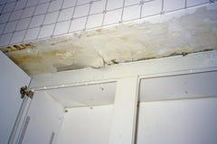 屋顶泄漏下来水运行厨房墙壁 免版税库存图片
