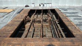 屋顶泄漏修理的被打开的屋顶区域在商业屋顶平台;顶房顶 库存图片