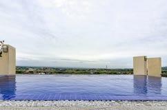 屋顶游泳池有看法 免版税库存图片