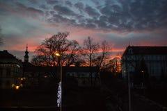 屋顶现出轮廓在日落 库存照片