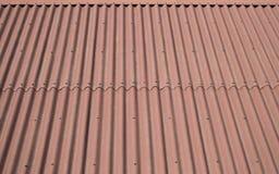 屋顶用现代棕色房屋板壁盖 背景砖老纹理墙壁 免版税库存图片