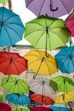 屋顶由五颜六色的伞制成 免版税图库摄影