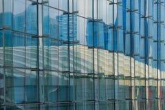 屋顶的便餐在玻璃墙上的  免版税库存照片