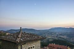 从屋顶的全景在圣马力诺在eveni的意大利 免版税库存图片