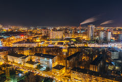 从屋顶的夜都市风景向街市的沃罗涅日 现代房子,商业中心 库存照片