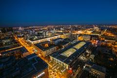 从屋顶的夜都市风景 议院,夜光 沃罗涅日dow 免版税库存图片