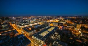 从屋顶的夜都市风景 议院,夜光 沃罗涅日dow 免版税图库摄影