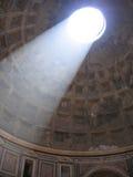 从屋顶的太阳光在万神殿在罗马-意大利 免版税图库摄影