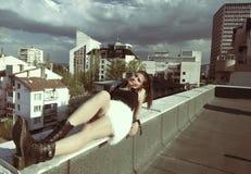 屋顶的女孩 免版税图库摄影