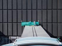 屋顶的工作者 库存照片