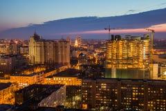 从屋顶的晚上都市风景 新的商业中心大厦  夜光 库存照片