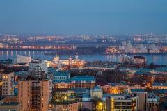 从屋顶的晚上都市风景 议院,商业中心,桥梁,教会 免版税库存照片