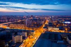从屋顶的晚上都市风景 议院,夜光,照亮 免版税库存图片