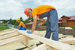 屋顶的木匠工作者 免版税图库摄影