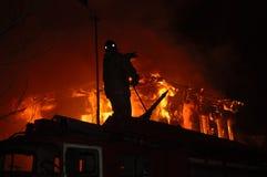 屋顶的消防队员 免版税库存照片