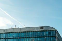 屋顶的现代大厦细节反对美丽的蓝天的 库存照片