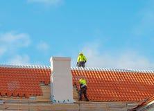 屋顶的盖屋顶的人 免版税库存照片
