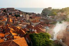从屋顶的看法到城市的整个老部分向杜布罗夫尼克,克罗地亚 库存图片