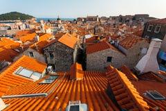 从屋顶的看法到城市的整个老部分向杜布罗夫尼克,克罗地亚 免版税图库摄影