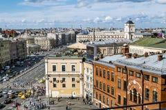 从屋顶的看法在Ligovsky Prospekt和Moskovsky训练 免版税库存照片