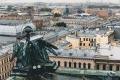 从屋顶的看法,圣以撒` s大教堂柱廊在圣彼德堡在一个多云雨天 库存照片