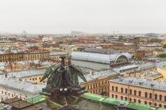从屋顶的看法,圣以撒` s大教堂柱廊在圣彼德堡在一个多云雨天 免版税图库摄影