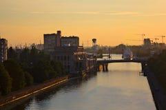 从屋顶的看法 在河Peregolya,加里宁格勒, R的日落 免版税图库摄影