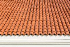 屋顶的红色波纹状的瓦片元素在房子和白色墙壁的 免版税图库摄影