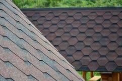 屋顶的纹理有沥青涂层的 红色和棕色花粗砺的沥青马赛克  防水roofin 图库摄影