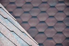 屋顶的纹理有沥青涂层的 红色和棕色花粗砺的沥青马赛克  防水roofin 免版税库存图片