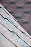 屋顶的纹理有沥青涂层的 红色和棕色花粗砺的沥青马赛克  防水roofin 库存照片