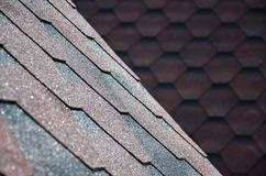屋顶的纹理有沥青涂层的 红色和棕色花粗砺的沥青马赛克  防水roofin 免版税库存照片