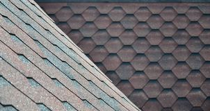屋顶的纹理有沥青涂层的 红色和棕色花粗砺的沥青马赛克  防水roofin 免版税图库摄影
