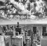从屋顶的纽约-曼哈顿地平线在一个晴天 库存照片