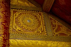屋顶的装饰的片段 有金子的佛教寺庙 老挝 老挝 库存照片