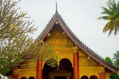屋顶的装饰的片段 有金子的佛教寺庙 老挝 老挝 免版税库存图片