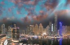 从屋顶的迪拜小游艇船坞夜空中地平线 美好的skyscr 免版税库存图片