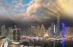从屋顶的迪拜小游艇船坞夜空中地平线 美好的skyscr 库存图片