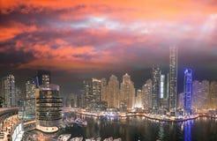 从屋顶的迪拜小游艇船坞夜空中地平线 美好的skyscr 免版税图库摄影