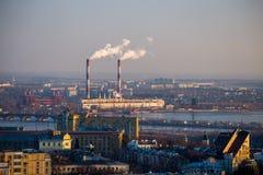 从屋顶的都市风景视图到沃罗涅日与管子的发电站 免版税库存图片