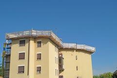 屋顶的维护建筑 免版税图库摄影