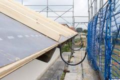 屋顶的建筑和绝缘材料建筑工作  免版税图库摄影
