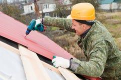 屋顶螺丝刀工作 免版税库存图片