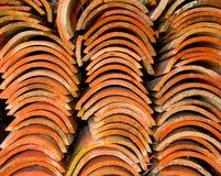 屋顶被堆积的瓦片 免版税库存照片