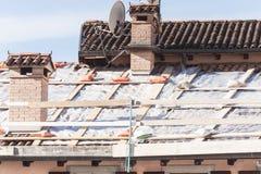 屋顶被损坏对修理 免版税库存图片