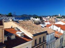 屋顶视图戛纳法国老镇堡垒在背景中 免版税图库摄影