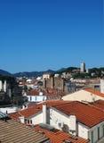屋顶视图戛纳法国老镇堡垒在背景中 库存图片