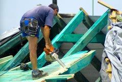 屋顶铺磁砖工 免版税库存图片