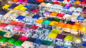 屋顶顶面多个颜色夜市场 免版税库存照片